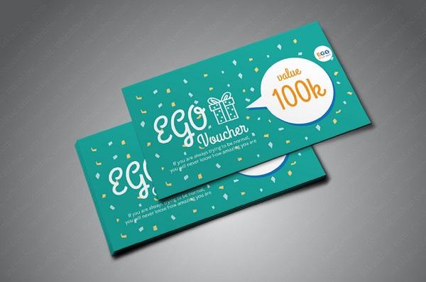 Người thiết kế cắt dựng hình ảnh, điều chỉnh cỡ chữ trên voucher sao cho đẹp mắt